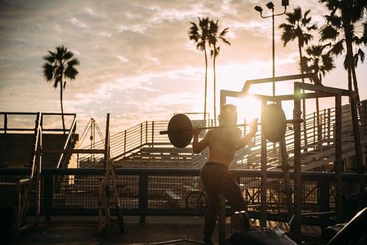 Traditionella styrkemoment utförda med otraditionella metoder föder starka fettförbrännande egenskaper.