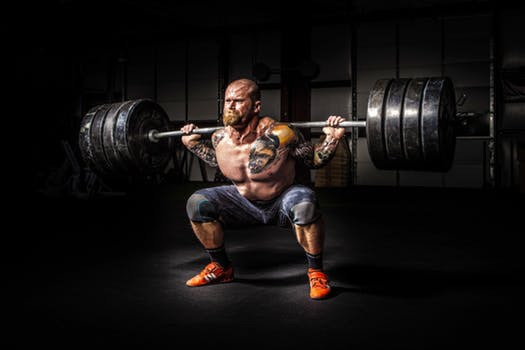 """Det klassiska t-shirt trycket """"Shut up and squat"""" har aldrig varit mer passande än under denna styrkeprövning."""