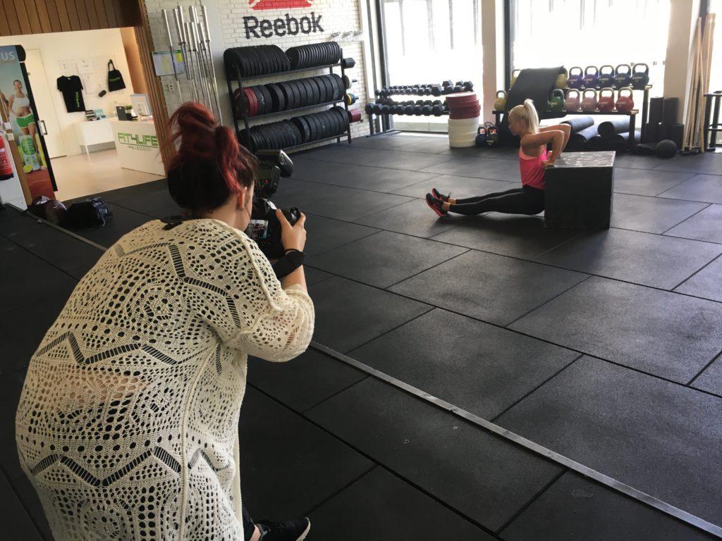 Fotograf-Elvira och tränings-Johanna i full action.