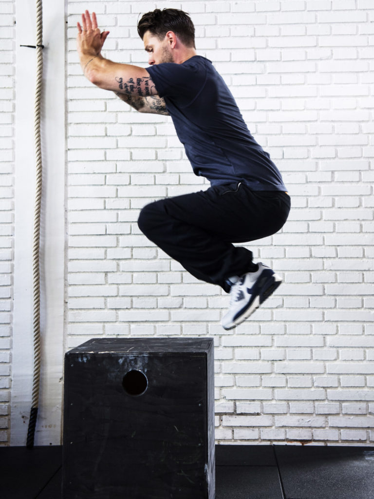 Boxhopp, jämfota hopp på en stadig stol, bänk eller sten. En värsting för såväl dina ben som kondition.