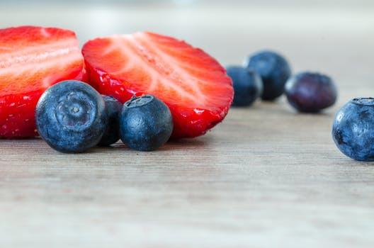 Blåbär och jordgubbar är två av superingredienserna som hädanefter kommer bombardera din kropp med nyttiga antioxidanter.