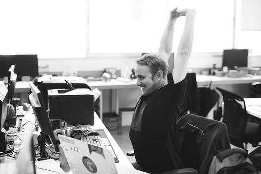 Rör på dig! Sträck på kroppen och ta några välförtjänta varv i kontorslandskapet 1-3 ggr/timmen.