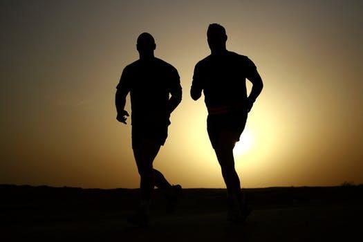 Låt Enya ersätta Rammstein och lugna joggingturer dina vanliga grisintervaller - åtminstone om du vill nå bättre resultat.