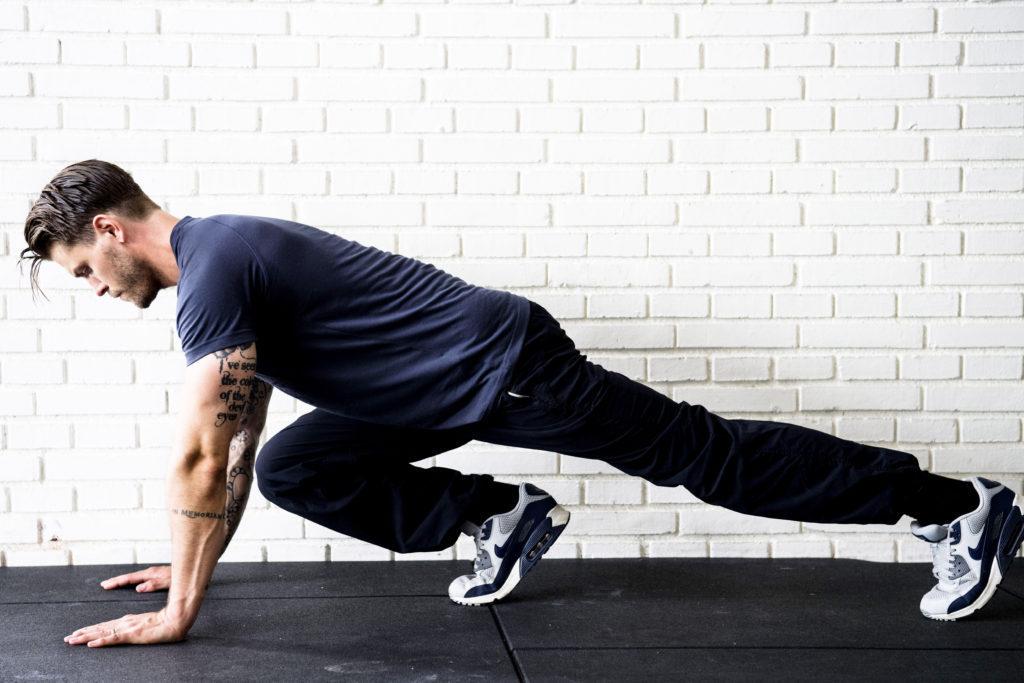 Mountainclimbers - placera kroppen i armhävningsposition och arbeta med snabba benväxlingar. En övning som skjuter flåset över taknocken.