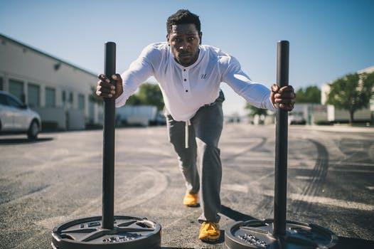 Likväl som benens ständiga närvaro i dina övriga träningsmoment kopplas även resterande muskelgrupper in under dina benpass. Undvik därför att tänka i för isolerande tankebanor och träna hela kroppen - hela tiden.