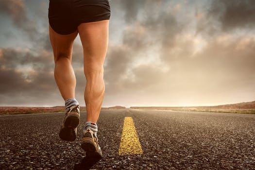 Löpning i all ära, fortsätt med det. Men för att lyckas frigöra kroppens muskelbyggande hormoner krävs mer. Mycket mer.