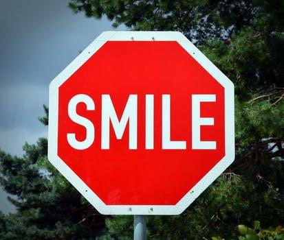 Ett leende kostar sällan mycket. Testa att bjuda på ett nästa gång du besöker gymmet, vem vet - du kanske får ett tillbaka.