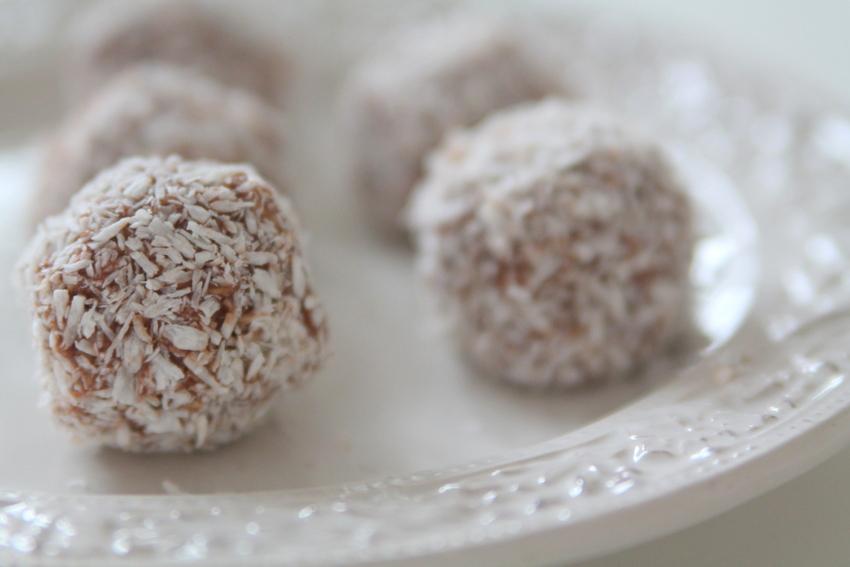 Självklart är inte chokladfantasterna bortglömda! Bland recepten återfinns nyttiga chokladbollar.