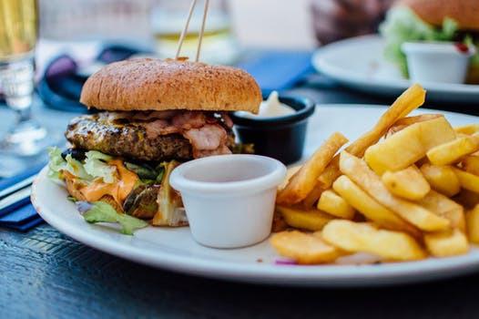 Idag är en av årets dagar då flest svenskar äter skräpmat. Har du någonsin funderat över varför?
