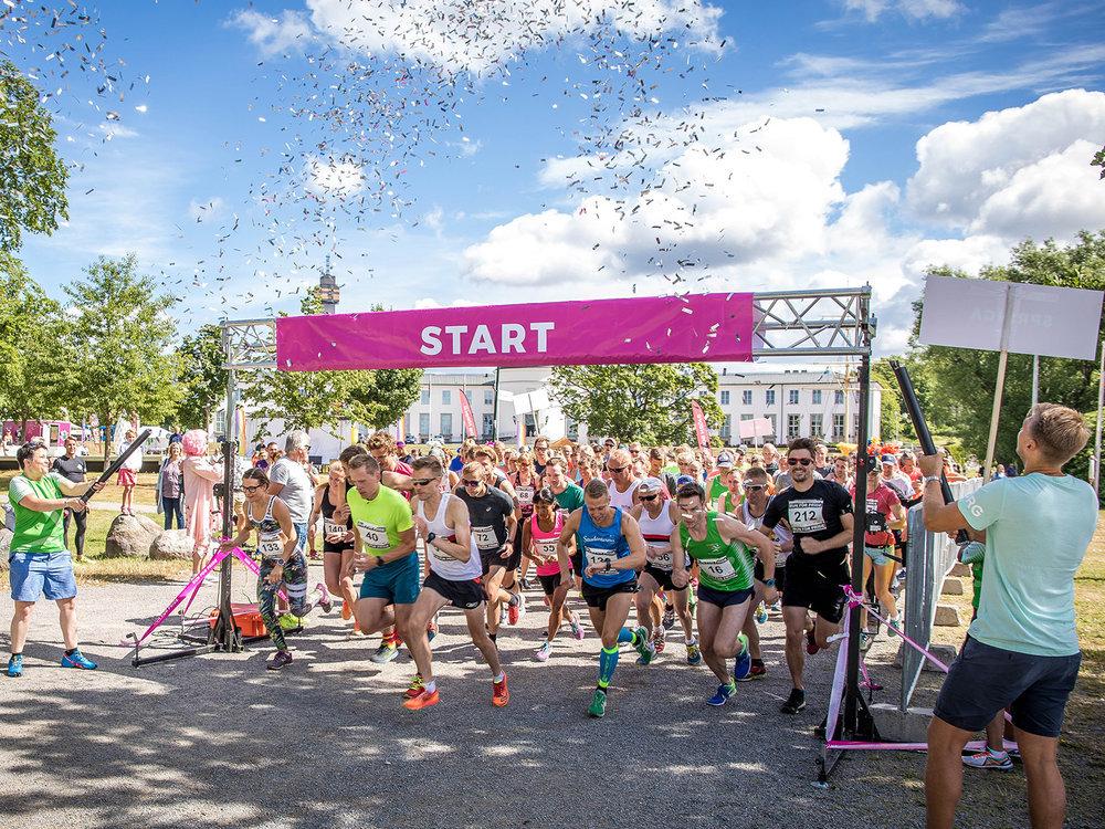 Ibland går löpning och glädje hand i hand - från start till stopp. Bild lånad från: runforpride.se/