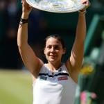 Bartoli med Wimbledon-trofén efter finalsegern över Sabine Lisicki. FOTO: BILDBYRÅN