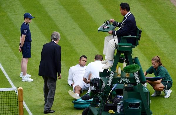 Jo-Wilfried Tsonga skadade knäet i andrarundan mot Ernests Gulbis i Wimbledon. I värsta fall missar han hela höstsäsongen. FOTO: BILDBYRÅN