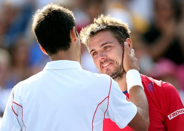 Stanislas Wawrinka kramas om av Novak Djokovic efter deras semifinalbatalj på Arthur Ashe Stadium. FOTO: BILDBYRÅN