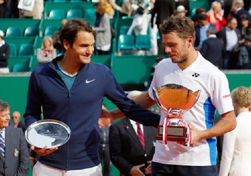 Roger Federer klappar om vännen Stanislas Wawrinka efter världstreans triumf i Monte Carlo.