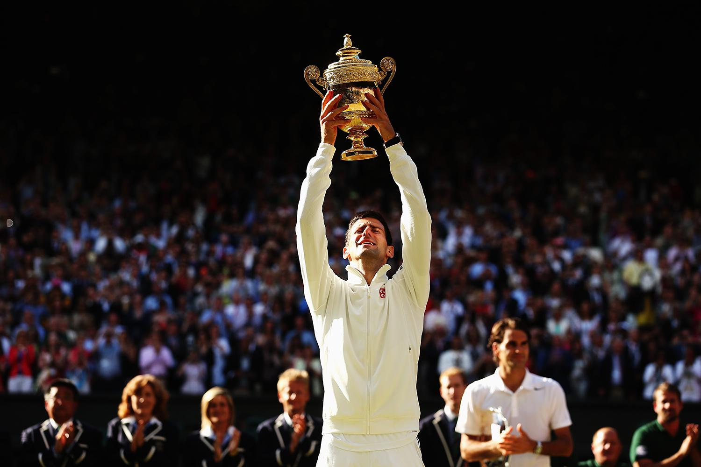 Novak Djokovic vann den dramatiska drömfinalen i Wimbledon mot Roger Federer. FOTO: AP