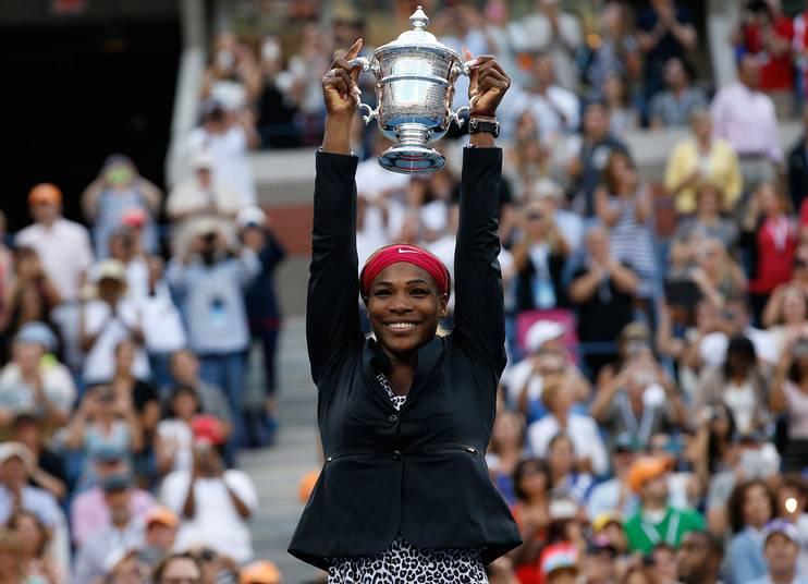 Serena Williams lyfter sin tredje raka US Open-buckla – sjätte totalt – efter finalsegern över Carolina Wozniacki.