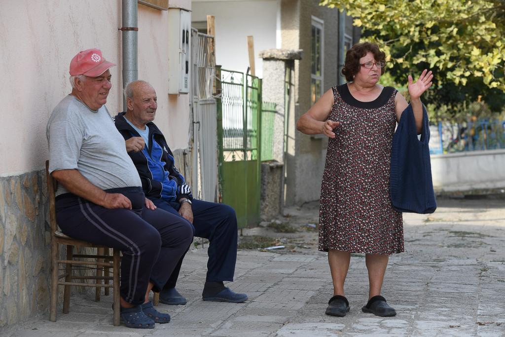 grŠnsen bulgarien-turkiet. foto urban andersson pŒ andra sidan gatan sitter vladi ivanov, 70, pŒ en pall. trottoarens betongplattor Šr farligt ojŠmna men vid husvŠggen Šr underlaget stabilt. vladi pratar med grannfrun tana koleva, 67, medan tanas man dimiter sitter tyst, han Šr sjuk.