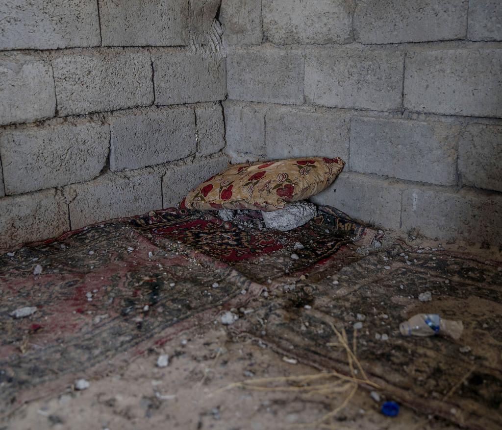 foto : magnus wennman : irak / kurdistan. irakiska och kurdiska trupper har inlett operationen att Œterta iraks nŠst stšrsta stad mosul frŒn is/daesh.  bilderna visar hur is bott och vad de lŠmnat efter sig nŠr de tvingats fly eller blivit dšdade.  en is-krigares sovplats i byn shaquli sšder om mosul