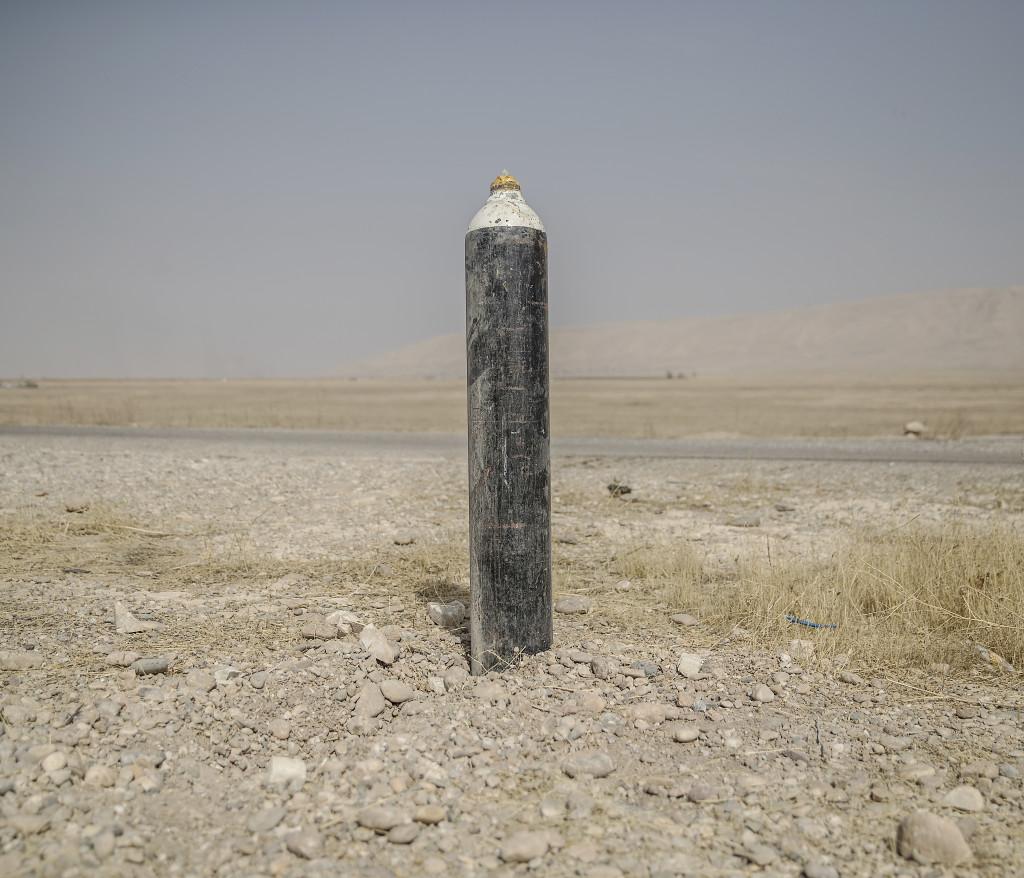 foto : magnus wennman : irak / kurdistan. irakiska och kurdiska trupper har inlett operationen att Œterta iraks nŠst stšrsta stad mosul frŒn is/daesh.  bilderna visar hur is bott och vad de lŠmnat efter sig nŠr de tvingats fly eller blivit dšdade.  en en ied (improvised explosive device) hittad nedgrŠvd vid vŠgkanten utanfšr byn shaquli sšder om mosul