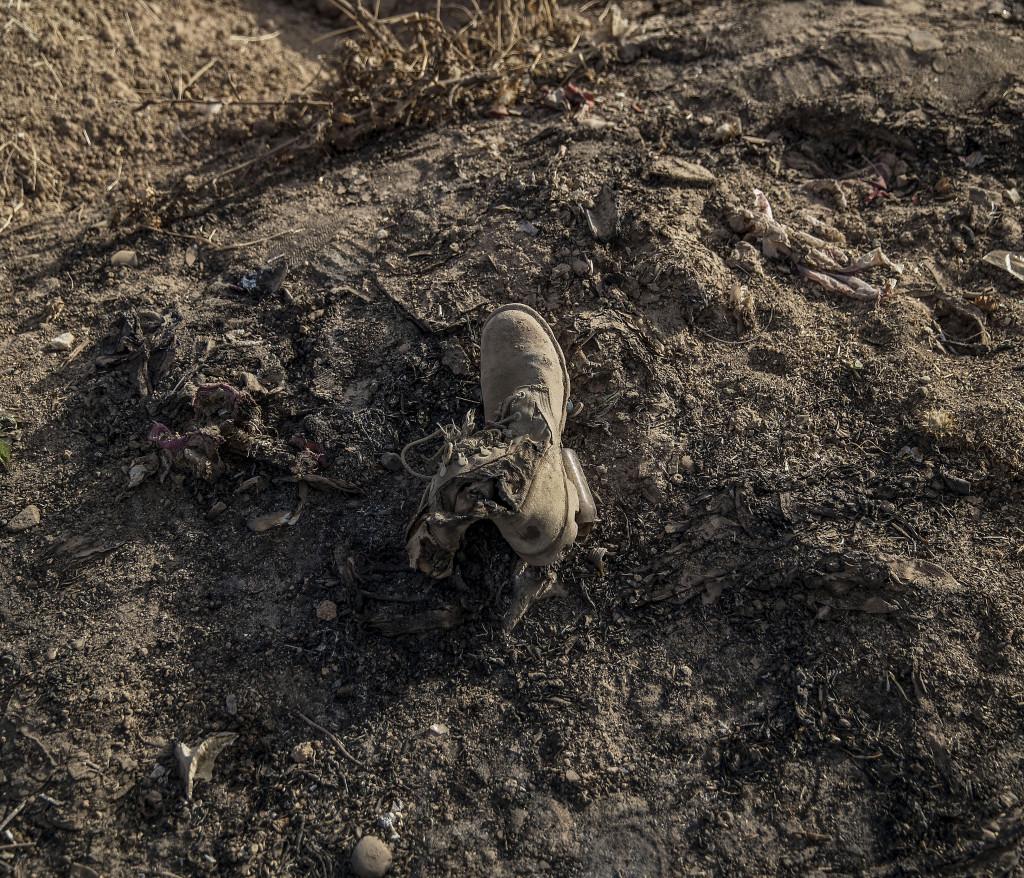 foto : magnus wennman : irak / kurdistan. irakiska och kurdiska trupper har inlett operationen att Œterta iraks nŠst stšrsta stad mosul frŒn is/daesh.  bilderna visar hur is bott och vad de lŠmnat efter sig nŠr de tvingats fly eller blivit dšdade.  en av mŒnga delar av en is krigare som sprŠngt sig sjŠlv till dšds i ett fordon utanfšr byn shaquli sšder om mosul