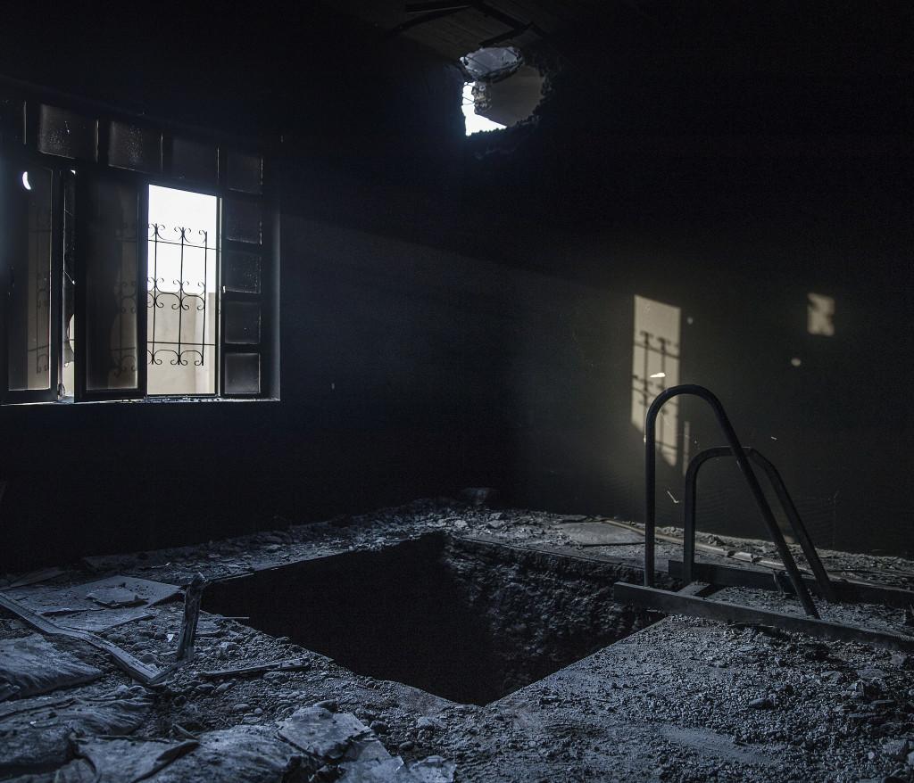 foto : magnus wennman : irak / kurdistan. irakiska och kurdiska trupper har inlett operationen att Œterta iraks nŠst stšrsta stad mosul frŒn is/daesh.  bilderna visar hur is bott och vad de lŠmnat efter sig nŠr de tvingats fly eller blivit dšdade.  en underjordisk tunnel har grŠvts i ett av is hus i byn shaquli sšder om mosul