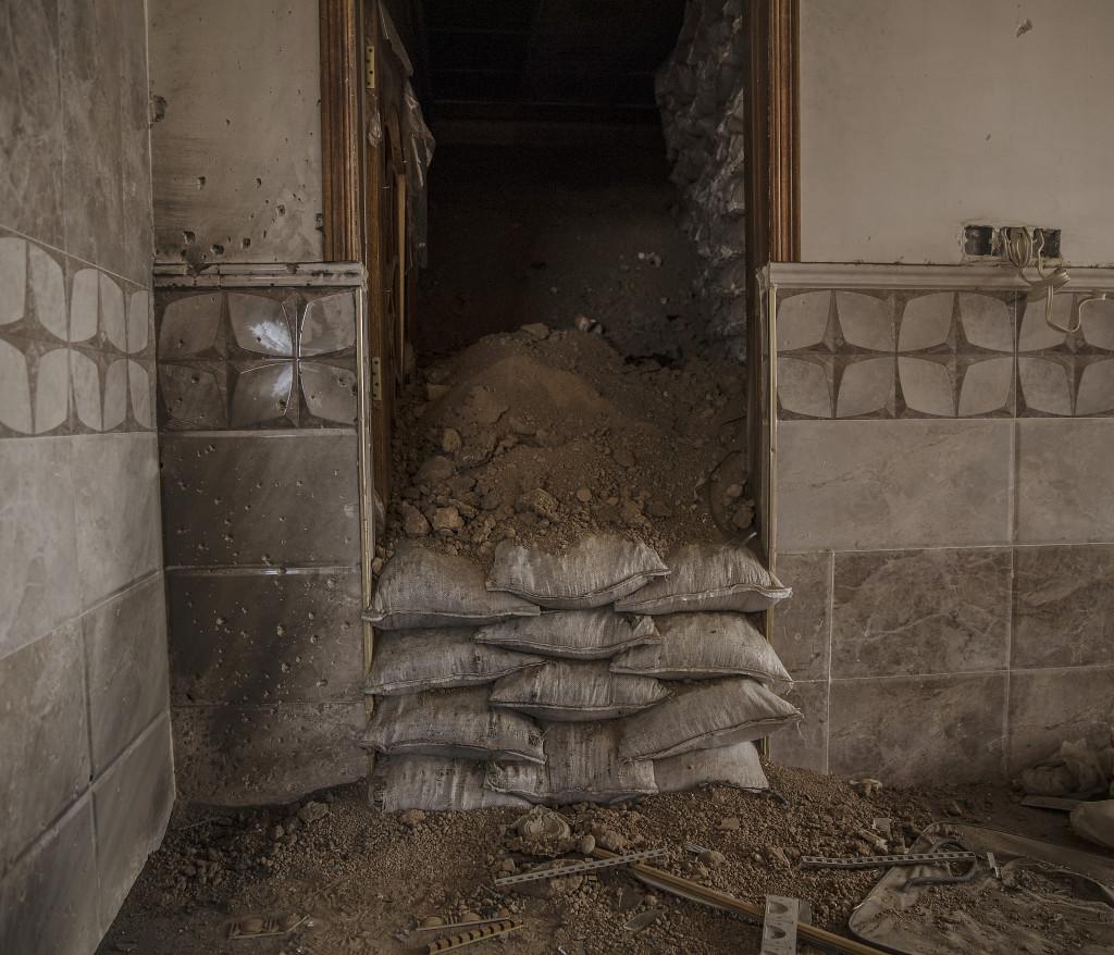 foto : magnus wennman : irak / kurdistan. irakiska och kurdiska trupper har inlett operationen att Œterta iraks nŠst stšrsta stad mosul frŒn is/daesh.  bilderna visar hur is bott och vad de lŠmnat efter sig nŠr de tvingats fly eller blivit dšdade.  fšr att ingen ska kunna se i vilka hus is grŠvt sina underjordiska tunnlar gšms mŠngder med jord inne i de hus dŠr is grŠvt tunnlarna