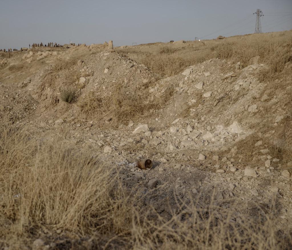 foto : magnus wennman : irak / kurdistan. irakiska och kurdiska trupper har inlett operationen att Œterta iraks nŠst stšrsta stad mosul frŒn is/daesh.  bilderna visar hur is bott och vad de lŠmnat efter sig nŠr de tvingats fly eller blivit dšdade.  en ied (improvised explosive device) vid vŠgkanten utanfšr byn nawaran norr om mosul