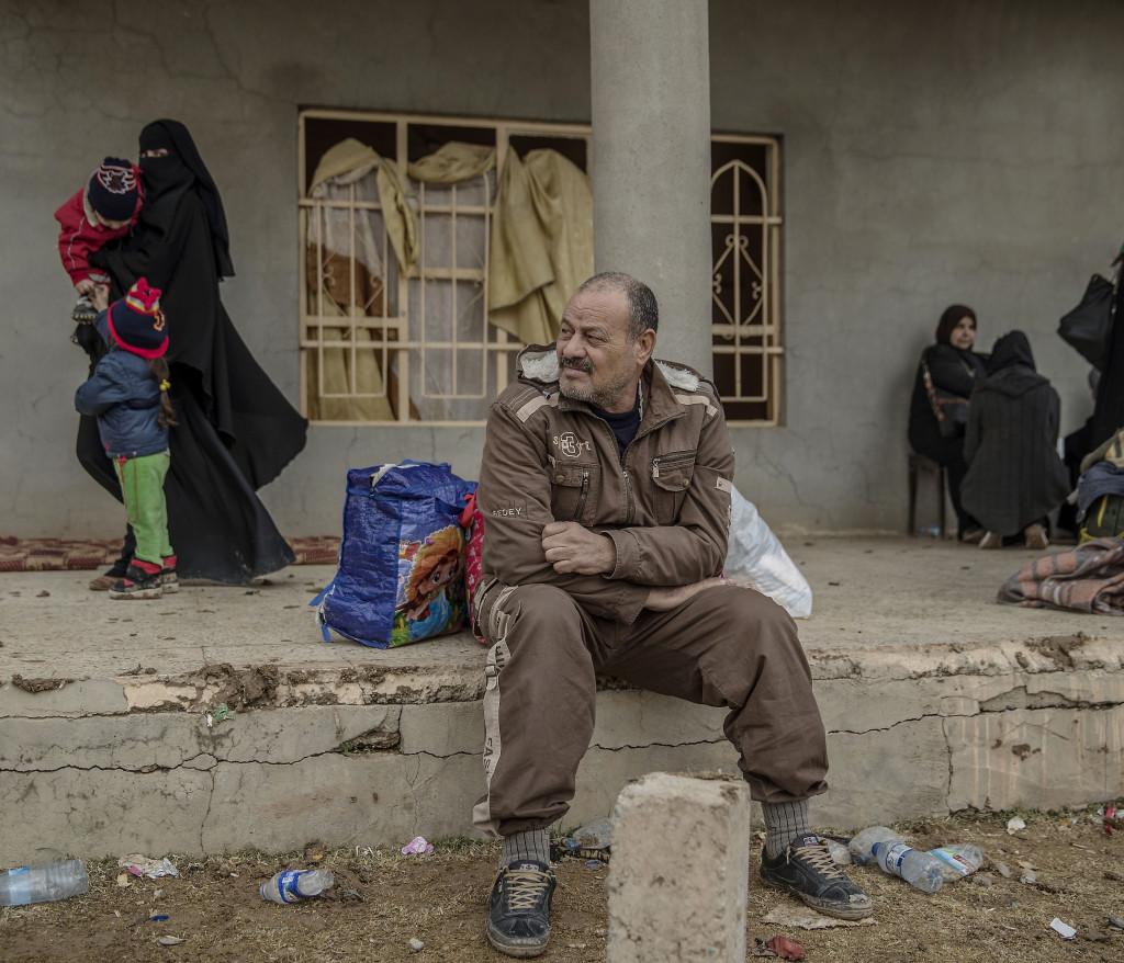 foto : magnus wennman : ahmed abd-alakel lagade mat pŒ ett barnfŠngelse i mosul.  flyktingar stršmmar ut frŒn de befriade delarna av mosul. en del kšrs till nŠrliggande flyktinglŠger men mŒnga letar upp švergivna hus att stanna i. det Šr stor brist pŒ mat, vatten och brŠnsle. skadade civila och soldater anlŠnder till fŠltsjukhuset. de som inte avlider fŒr akut sjukvŒrd och kšrs vidare till sjukhuset i erbil.