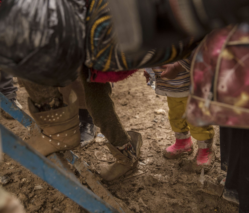 foto : magnus wennman : flyktingar strömmar ut från de befriade delarna av mosul. en del körs till närliggande flyktingläger men många letar upp övergivna hus att stanna i. det är stor brist på mat, vatten och bränsle. skadade civila och soldater anländer till fältsjukhuset. de som inte avlider får akut sjukvård och körs vidare till sjukhuset i erbil.