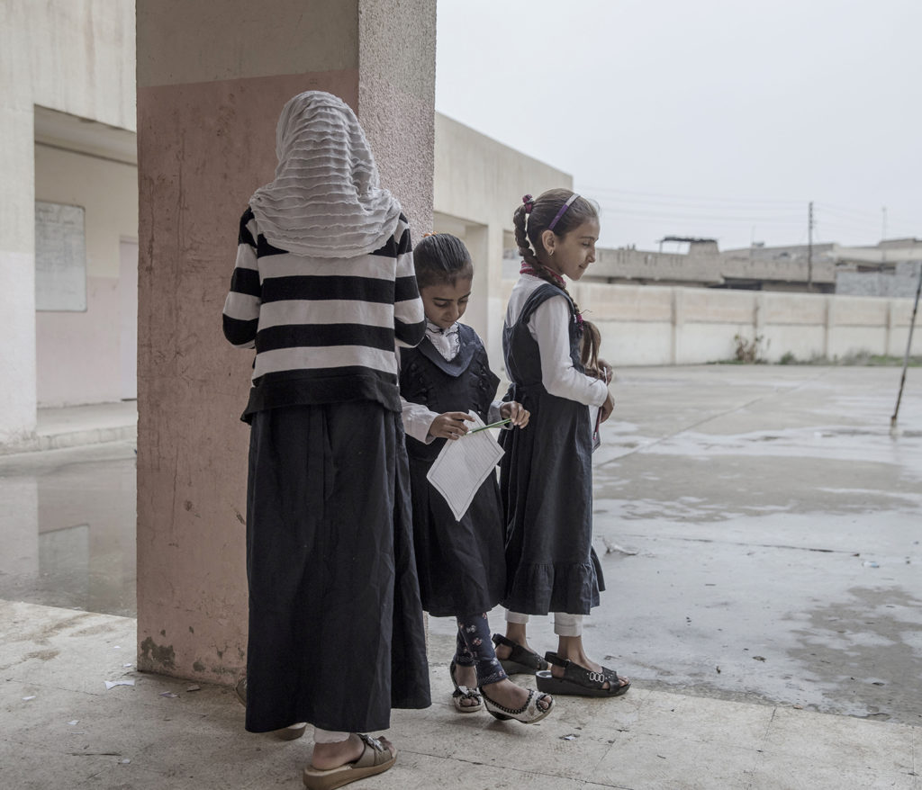 inbördeskriget i irak. irakiska och kurdiska trupper, persmerga, har inlett operationen att återta iraks näst största stad mosul från is. östra mosul. en flickskola har precis öppnat, rahma ahmed, 12, sara saad, 8, magfira ahmed, 10 utanför skolan