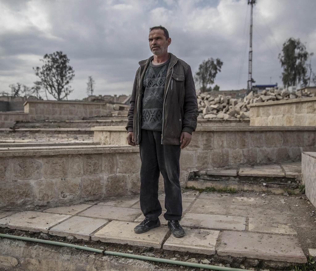 foto : magnus wennman : östra mosul, irak. adnan tahar visar platser där is avrättade människor i östra mosul. en stålbur står uppställd nedanför en stor läktare, där brukade is bränna eller skjuta människor som de ansåg gjort något fel.