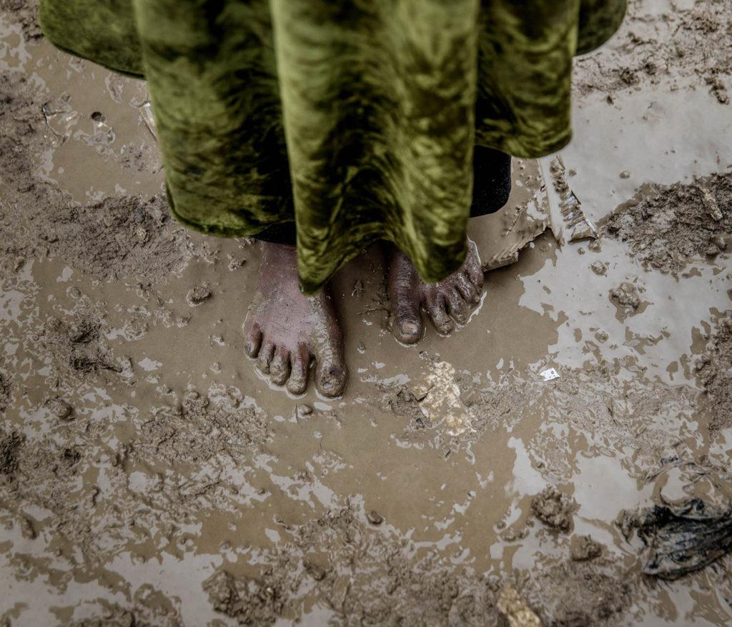 foto : magnus wennman : mosul, irak. flyktinglägret hammam al-alil söder om mosul. hit anländer tusentals människor från de befriade delarna av västra mosul. det är lera överallt. en ung flicka anländer till lägret utan skor på fötterna.
