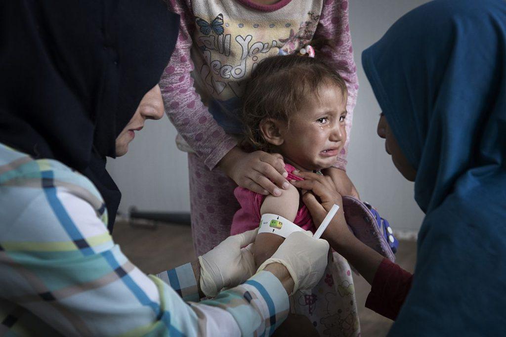 Mina, 2, har varit på besök hos barnkliniken i Khazerlägret flera gånger. Hon tycker inte om det. Men nu har hon nått normalvikt, efter ett år med svår undernäring. Hennes familj flydde från Badour utanför Mosul i april. Foto: Jerker Ivarsson