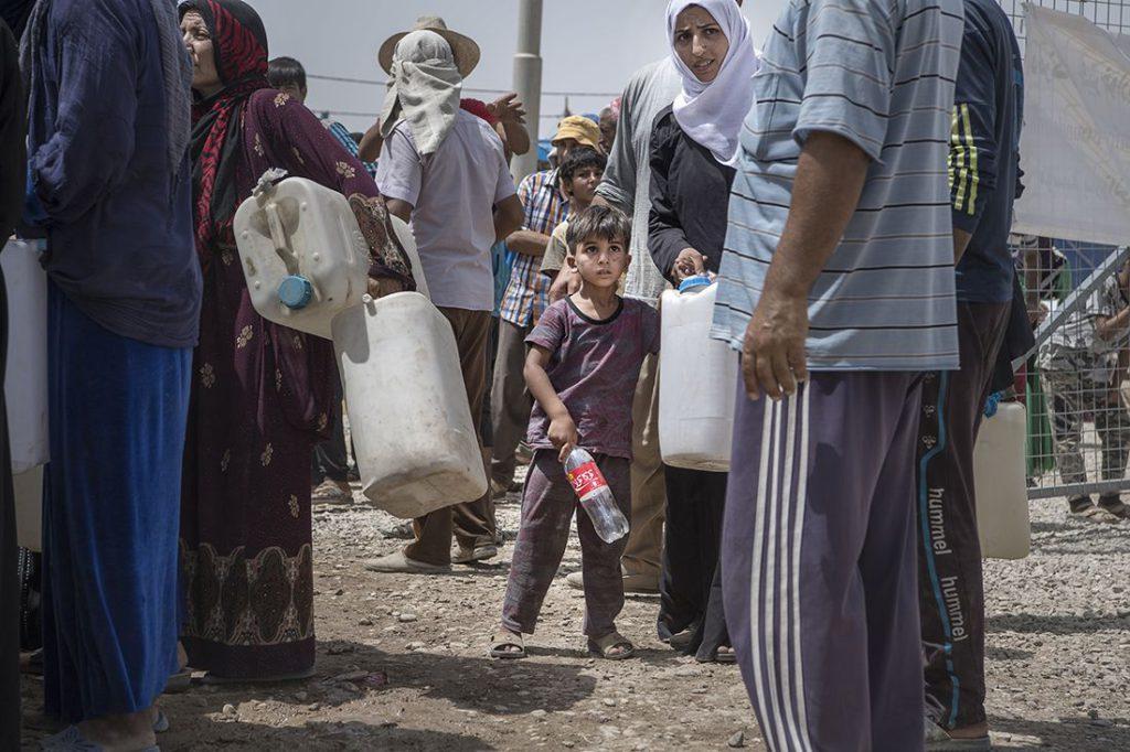 Ett barn står redo för att hämta vatten i flyktinglägret Khazer, 3 mil utanför Mosul. Foto: Jerker Ivarsson