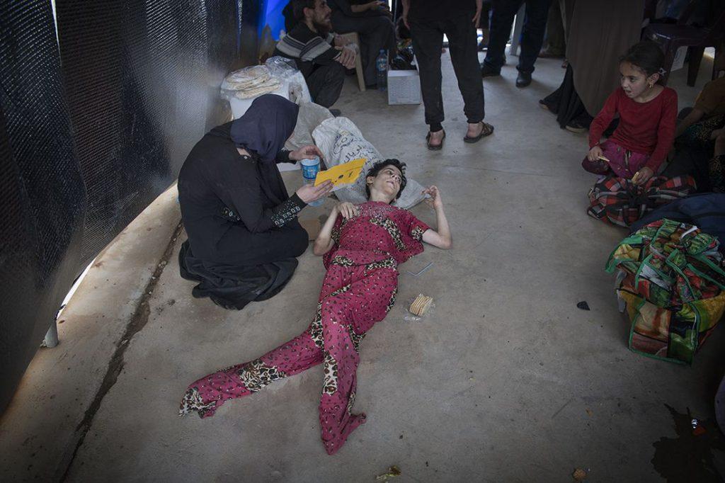 Shaima Abdelkarim, 25, är funktionshindrad sedan födseln och mår mycket dåligt. Hon klarar inte av att äta någonting utan att kräkas. När hennes bror dog för två månader sedan i strid försämrades hennes tillstånd. Nu är hon fri, familjen flydde Maydandistriktet i Mosul under tisdagen. Foto: Jerker Ivarsson