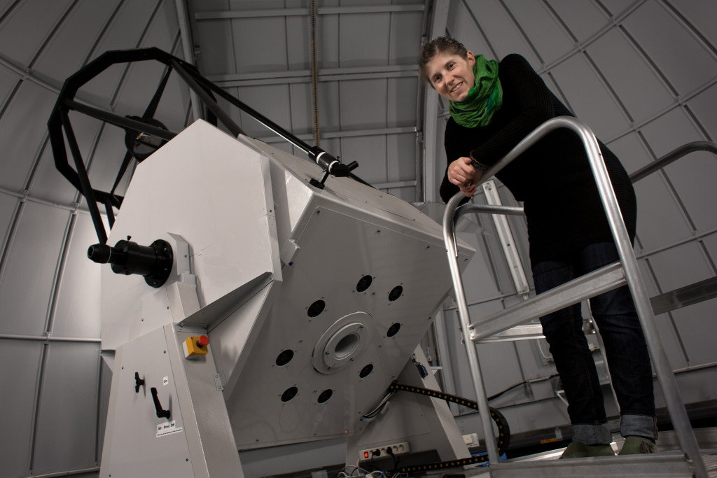 27/10-2016 Emily Frieland vid obseratoriekikaren på astronomiavdelningen på  Nova Campus KTH i Stockholm.  Foto: Åke Ericson.