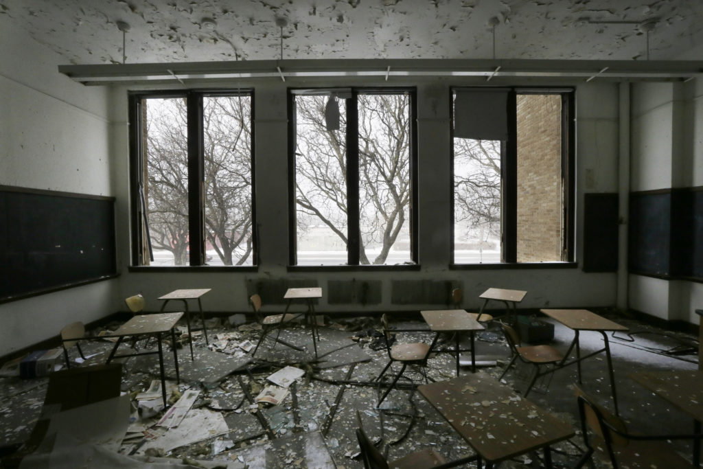 ap foto : carlos osorio : file- this jan. 6, 2015, file photo, shows a vacant classroom at southwestern high school in detroit. the number of students enrolled in detroit public schools has dropped dramatically since the 1990s, fueled by the flight of a quarter million city residents, abysmal graduation rates, financial mismanagement, and corruption. in 2002, there were 156,000 students enrolled in the district. this year, there were 46,000, a 70 percent decline. (ap photo/carlos osorio, file) a jan. 6, 2015 file phot urban schools-plunging enrollmen automatarkiverad