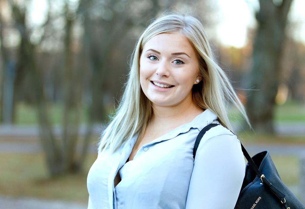 <strong>Kan du tänka dig att ta vilket jobb som helst för att försörja dig?</strong> – Nej, det skulle jag väl inte kunna tänka mig. Om jag skulle jobba 12 timmar om dagen och klara mig precis så tycker inte jag att det är värt det och det är väl därför jag pluggar så att jag kan skaffa mig ett jobb som jag vill ha, säger Olivia Ajax, 20, studerar ekonomi, Gävle. FOTO: Pernilla Wahlman.