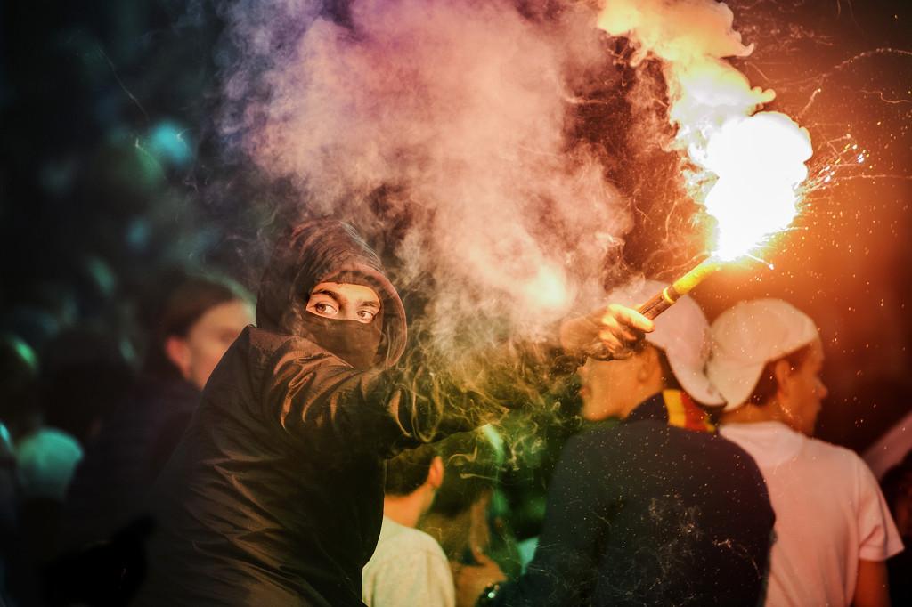 foto : peter wixtrom : djurgården-aik tele2 arena. fans kastar knallskott på media.