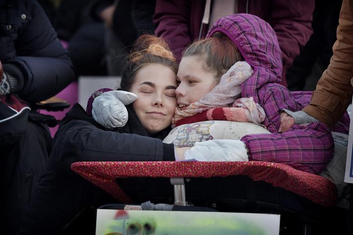 assistans är frihet! rädda lss! demonstration mot nedskärningarna i personligassistans. amanda westerberg med assistent rosanna rutqvist