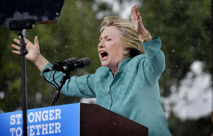 foto : andreas bardell : hillary clinton håller ett tal i ett regnigt florida.