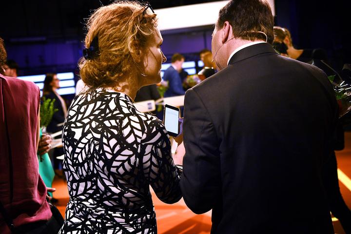 agenda, partiledardebatt. anne ekberg, pressekreterare, visar stefan löfven, politiker (s) sverige statsminister, ett meddelande om ebba busch thor