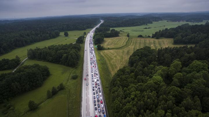 foto : peter wixtrom : trafikkaos e4 sšdergŒende hšjd med salem efter att en lastbil har krockat in i bron i sšdertŠlje och lamslŒr hela midsommartrafiken.