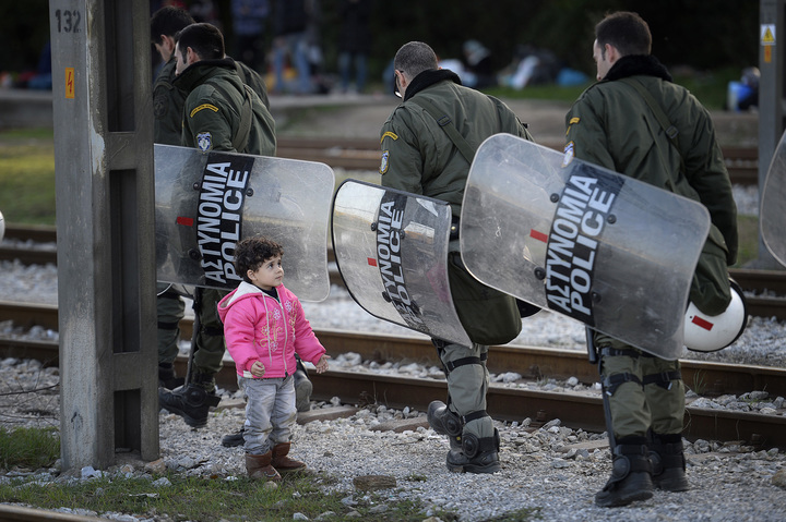 flyktingkatastrofen. flyktinglägret i byn idomeni i grekland, vid gränsen mot makedonien. 3-åriga rayenne haj khalaf
