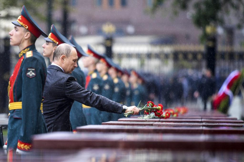 Rysslands president Vladimir Putin lägger blommor på ett monument som hedrar offren för nazisternas invasion, vid den okände soldatens grav i Moskva. I år var det 76 år sedan Tyskland invaderade Sovjetunionen. Alexei Druzhinin/Sputnik, Kremlin Pool Photo via AP.