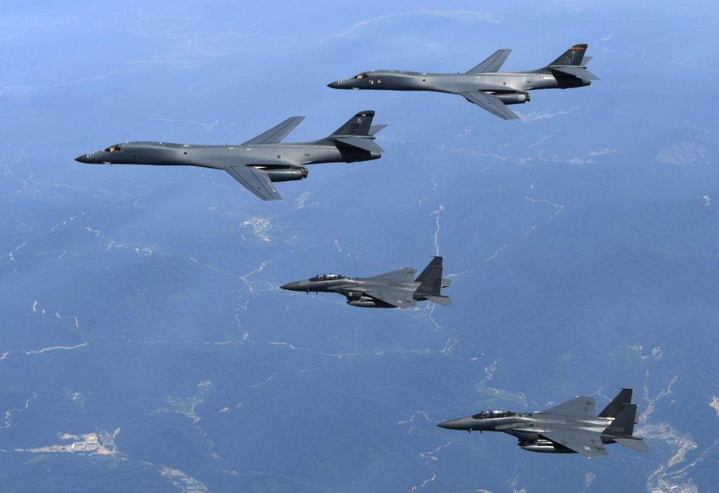 Amerikanska bombplan av modellen B1 flyger över den koreanska halvön. Planen deltog i en övning tillsammans med Japan och Sydkorea, i syfte att spänna musklerna mot Nordkorea. South Korean Defense Ministry via AP