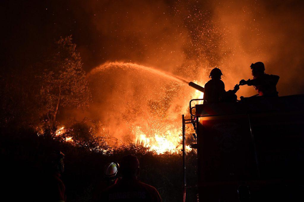 Brandmän kämpar mot lågorna från de stora skogsbränderna som härjat i Portugal under veckan. AFP PHOTO / FRANCISCO LEONG / TT