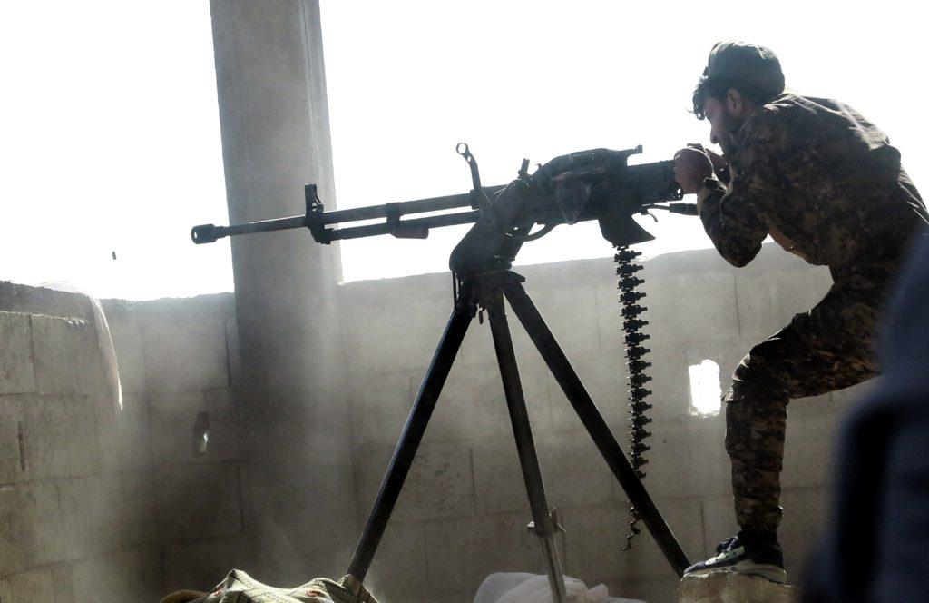 En soldat i den kurdiska YPG-gerillan skjuter mot IS-terrorister i den syriska staden Raqqa. AFP PHOTO / DELIL SOULEIMAN / TT