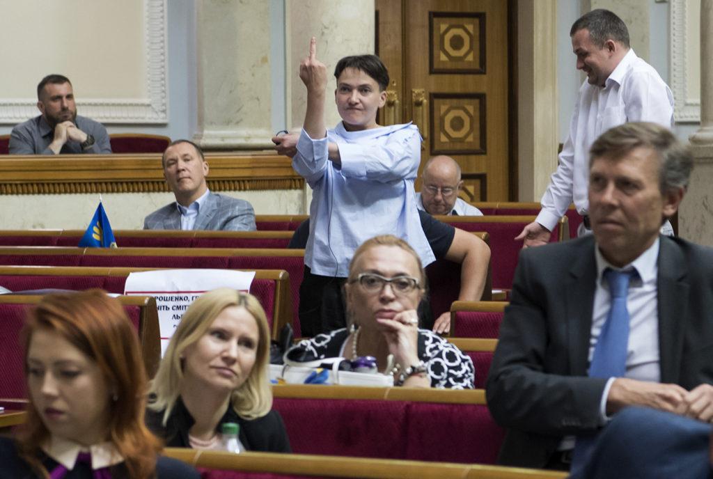 Den ukrainska ledamoten Nadiya Savchenko sträcker ut sitt långfinger under en debatt i parlamentet. REUTERS / TT /