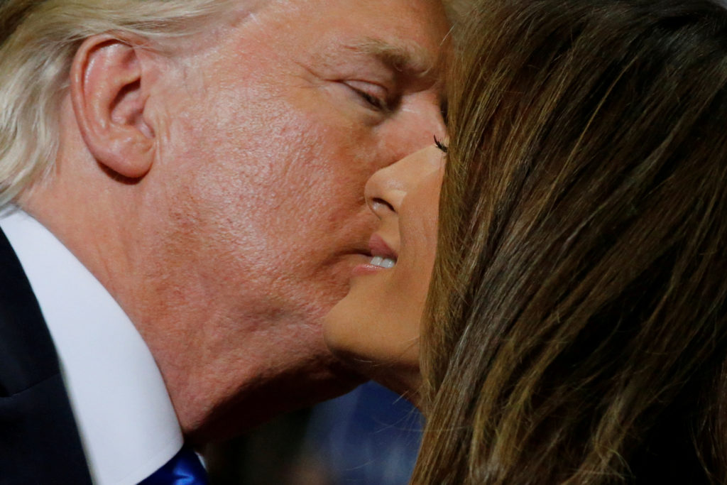 YOUNGSTOWN 2017-07-26 U.S. President Donald Trump kisses first lady Melania Trump after she introduced him at a rally with supporters in an arena in Youngstown, Ohio, U.S. July 25, 2017. REUTERS/Jonathan Ernst     TPX IMAGES OF THE DAY Photo:  / REUTERS / TT / kod 72000